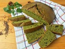 Nesseln grünes rundes Brot, Unkrautteig Lizenzfreie Stockfotos