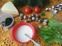 Nesselomelettrolle angefüllt mit Tomate und Käse Stockfoto