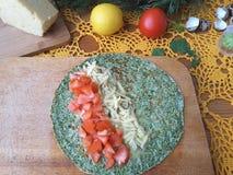 Nesselomelettrolle angefüllt mit Tomate und Käse Lizenzfreie Stockfotografie