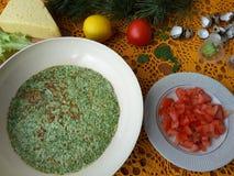 Nesselomelettrolle angefüllt mit Tomate und Käse Lizenzfreie Stockfotos