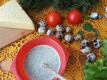 Nesselomelettrolle angefüllt mit Tomate und Käse Stockbild