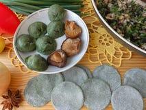 Nesselravioli mit grünem Teig der Pilze kochte von der Nessel Stockfotografie