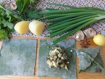 Nesseltorten mit grünem Teig der Pilze kochten von der Nessel Lizenzfreie Stockbilder