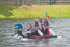 Nessie dans la course de radeau de Ness de rivière Image libre de droits