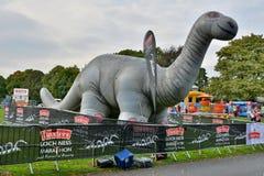 Nessie gonflable, à la ligne d'arrivée du loch Ness Marathon image libre de droits