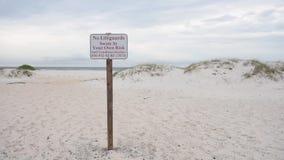 Nessun bagnino nuota a proprio rischio e pericolo firma dentro la spiaggia di Pensacola, Florida archivi video