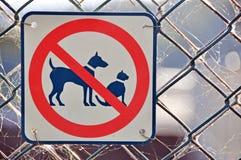 Nessun cane dei gatti permesso ha permesso il segno sul recinto fotografia stock libera da diritti