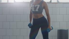 Nessun dancing recognizeble della donna nel sottotetto soleggiato durante l'allenamento di forma fisica del peso Immagini Stock Libere da Diritti