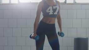 Nessun dancing recognizeble della donna nel sottotetto soleggiato durante l'allenamento di forma fisica del peso Immagine Stock