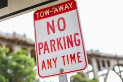 Nessun di parcheggio segnale dentro Pasadena, la California Fotografie Stock Libere da Diritti