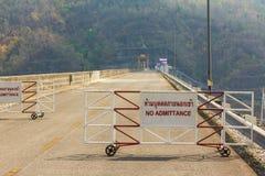Nessun'entrata nella lingua tailandese sul dam Fotografia Stock