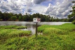 Nessun nuoto inviato vicino al lago Fotografie Stock