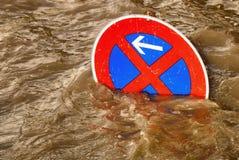 Nessun parcheggio nell'inondazione, scena umoristica Fotografia Stock