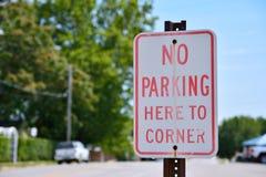 Nessun parcheggio qui per accantonare segno fotografia stock libera da diritti