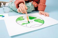 Nessun ritratto del fronte del pianeta Terra della pittura dell'adolescente su carta fotografia stock libera da diritti