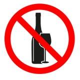 Nessun segno bevente che proibisce le bevande dell'alcool su fondo bianco Fotografia Stock