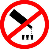Nessun segno bevente Nessun segno dell'alcool isolato su fondo bianco Fotografia Stock