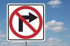 Nessun segno con svolta a destra con le nubi Fotografia Stock Libera da Diritti