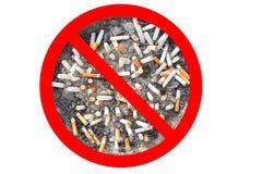 Nessun segno del tabacco per sigarette La sigaretta si intromette il portacenere isolato nel fondo bianco Il concetto del mondo n Fotografia Stock