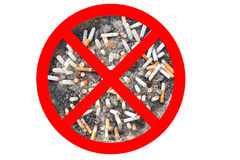 Nessun segno del tabacco per sigarette La sigaretta si intromette il portacenere isolato nel fondo bianco Il concetto del mondo n Fotografie Stock Libere da Diritti