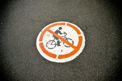 Nessun segno della bicicletta di uso sulla strada Fotografie Stock Libere da Diritti