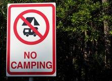 Nessun segno di campeggio fra gli alberi Immagini Stock