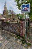 Nessun segno di campeggio vicino alla torre di chiesa immagine stock libera da diritti