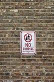 Nessun segno di dumping su un muro di mattoni fotografia stock libera da diritti