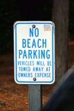 Nessun segno di parcheggio della spiaggia fotografia stock