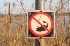 Nessun segno di pesca su una posta da un fiume Fotografia Stock Libera da Diritti
