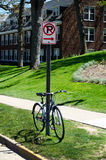Nessun segno e bici di parcheggio Fotografie Stock