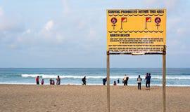 Nessun segno praticante il surfing alla spiaggia del nord sulla passeggiata dorata di miglio Immagini Stock