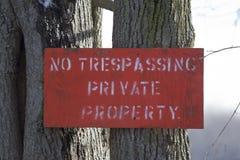 Nessun segno trasgredicente di colore rosso della proprietà privata Fotografie Stock Libere da Diritti