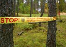 Nessun segno violante avanti ad una strada non asfaltata, foresta Fotografia Stock