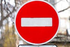 Nessun trasgredire Nessun segno del passaggio Segnale stradale sulla strada Immagini Stock