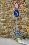 Nessun veicolo Roadsign e bici Fotografia Stock Libera da Diritti