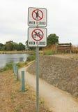 Nessuna camminata o ciclare sul percorso quando segno sommerso fotografia stock libera da diritti