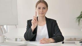 Nessuna vicino giovane donna di affari in ufficio video d archivio