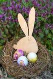 Nest met paaseieren en Pasen-konijntje Stock Afbeelding