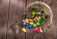 Nest mit Ostern-Bonbons Stockfotografie