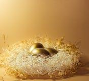 Nest von goldenen Schatten Ostereier Lizenzfreie Stockfotografie