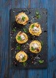 Nest von Spaghettis mit Fleischklöschen, Parmesankäseparmesankäse und Tomatensauce Lizenzfreies Stockfoto