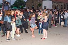 Nestenar比赛音乐会的观众在保加利亚人村庄,保加利亚 免版税库存图片