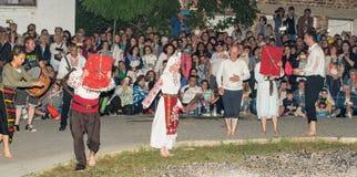 Nestinar baila con los iconos ortodoxos en el pueblo de Bulgari, Bulgaria Fotografía de archivo libre de regalías
