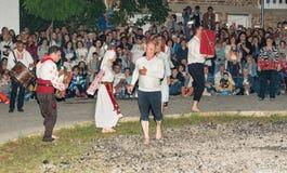 Nestinar danse pour tous les âges dans le village de Bulgari, Bulgarie Image stock