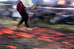 Nestinar marchant sur le feu Image stock