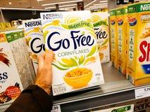 Nestle va el hacer compras libre de los flackes del maíz de la aptitud Fotografía de archivo