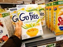 Nestle va el hacer compras libre de los flackes del maíz de la aptitud Fotografía de archivo libre de regalías