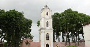 Nesvizh, Belarus Vue de la tour de Brama-cloche de Nyasvizh située sur le territoire de l'ancien monastère bénédictin Arbre dans  banque de vidéos