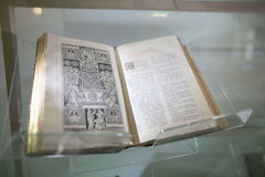 NESVIZH, BIELORRUSIA - 20 de mayo de 2017: Detalles y elementos del interior de un castillo medieval en Nesvizh Imagen de archivo
